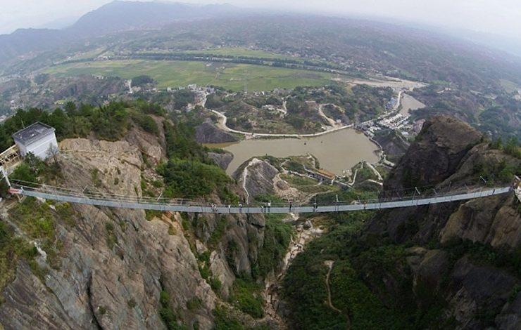Η γυάλινη κρεμαστή γέφυρα στην επαρχία Γιουνάν της Κίνας