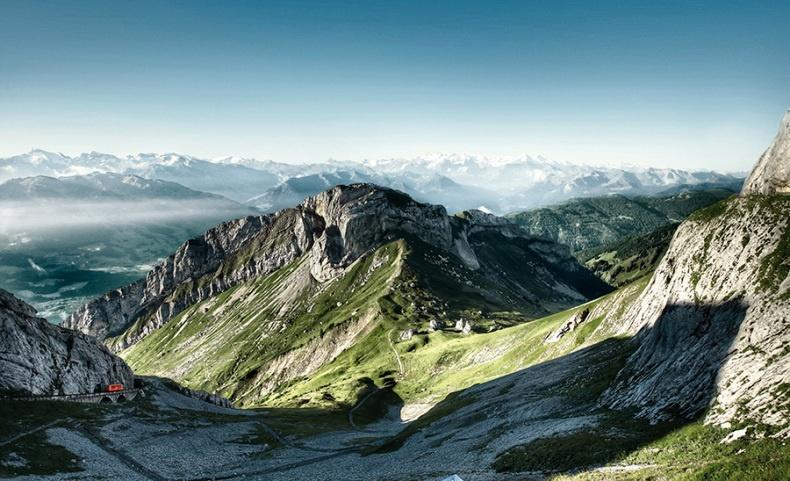 Κοντά στη Λουκέρνη υπάρχει το βουνό Πιλάτους, όπου ο πιο απόκρημνος οδοντωτός σιδηρόδρομος σας μεταφέρει από το Αλπναχστάντ στο Πιλάτους Κουλμ