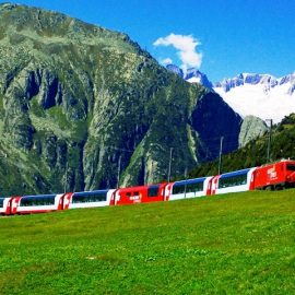 Το Glacier Express περνά από πλούσια λιβάδια καλυμμένα με αλπικά λουλούδια, βουνά, ρυάκια και βουνά?