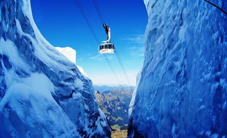 Στο Πάρκο Παγετώνα του Titlis, κοντά στην Λουκέρνη, μπορείτε να ταξιδεύετε με ύψος που αγγίζει τα 3.000 μέτρα, μέσα στο πρώτο περιστρεφόμενο τελεφερίκ