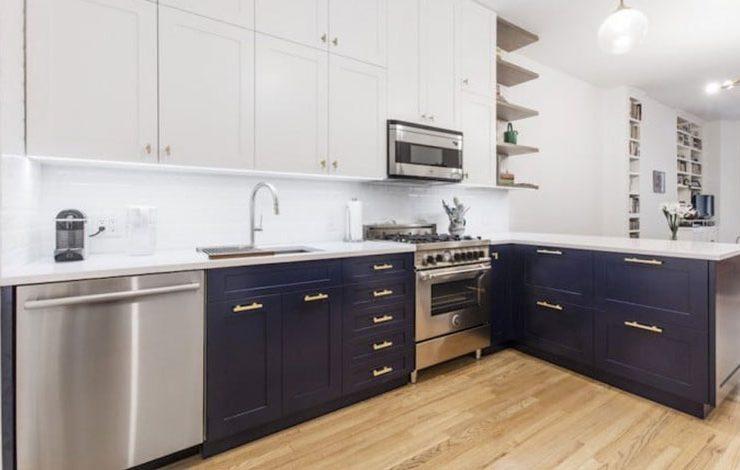 Το μπλε είναι η νέα τάση για την κουζίνα. Η σκούρα μπλε απόχρωση προσφέρει μια εκπληκτικά κομψή αντίθεση σε μια λευκή κουζίνα και εντυπωσιάζει