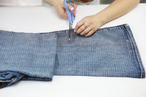 Ισιώνοντας το τελείωμα του τζιν, με τη βοήθεια μιας μεζούρας ή χάρακα και ένα στυλό τραβάμε μια ευθεία γραμμή