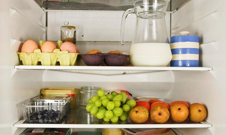 Τοποθετήστε τα αβγά καλύτερα σε κάποιο από τα ψηλά ράφια του ψυγείου
