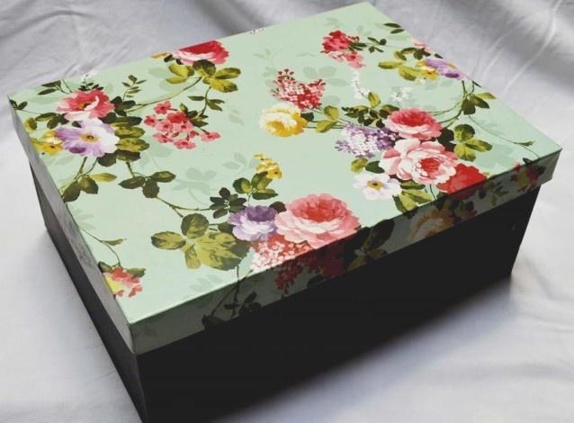 Επιλέξτε κουτιά από καθαρό χαρτόνι ή πλαστικό για να κρατήσετε τις φωτογραφίες σας σε καλή κατάσταση