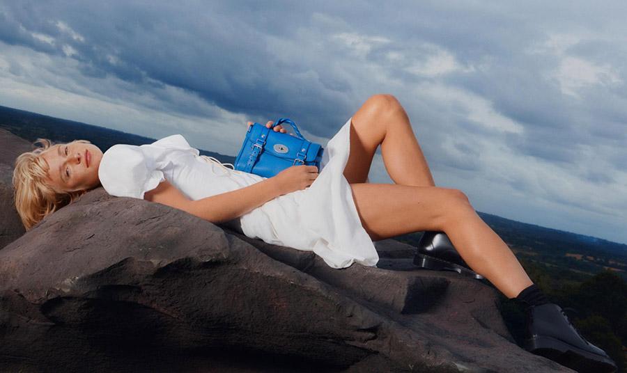 Mulberry: Η εμβληματική τσάντα «Alexa» επιστρέφει… επετειακά!