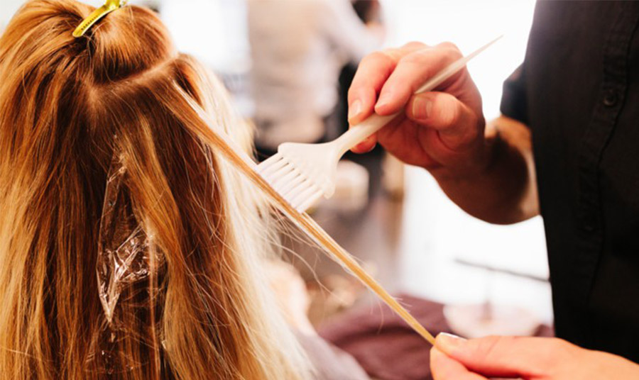 Οι hair stylists με τη μέθοδο τουίντ επεμβαίνουν σε λεπτές τούφες αναδεικνύοντας τις φυσικές αποχρώσεις των μαλλιών, αντί να τις καμουφλάρουν