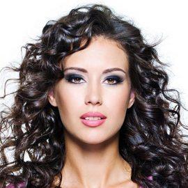 Μυστηριώδεις και ρομαντικές γυναίκες επιλέγουν τα σκούρα μαλλιά για να τονίσουν τα χαρακτηριστικά του προσώπου τους