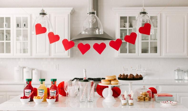 Διακοσμήστε με κόκκινες καρδιές γιρλάντες διαφορετικούς χώρους του σπιτιού