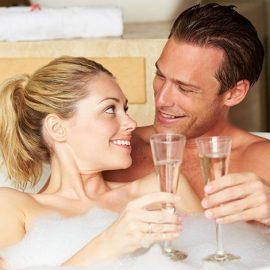 Ένα ζεστό, αρωματικό και χαλαρωτικό μπάνιο για δύο είναι, ίσως, αυτό που χρειαζόμαστε