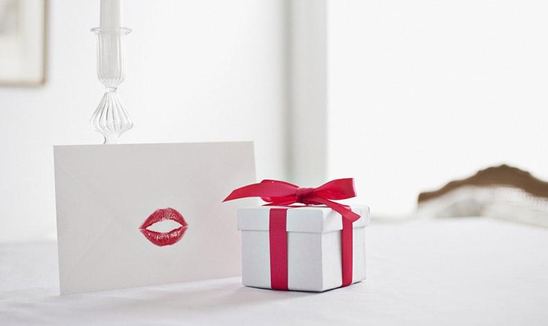 Επιλέγουμε ένα φίνο χαρτί αλληλογραφίας, το αρωματίζουμε με το άρωμά μας και γράφουμε ένα μοναδικό ερωτικό γράμμα για τον άνδρα της ζωής μας!