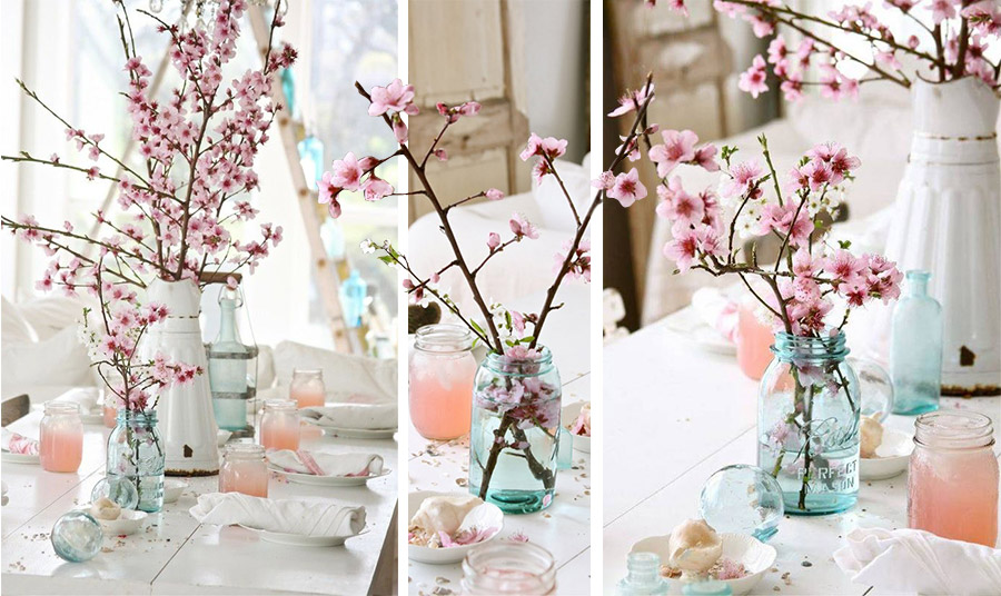 Βάλτε σε διαφορετικά βαζάκια ή μπουκάλια κλαδιά ανθισμένης αμυγδαλιάς και στολίστε το τραπέζι σας