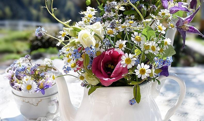Βάλτε ένα μπουκέτο από αγριολούλουδα και δυο-τρία μπουμπούκια τριαντάφυλλα σε μία κανάτα π.χ. του τσαγιού και φέρτε την πνοή της άνοιξης σπίτι σας