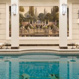 Η εσωτερική πισίνα του ξενοδοχείου. Το Chanel Spa δεν έχει ανοίξει ακόμη τις πύλες του... αναμένουμε!