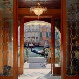 Η είσοδος του ξενοδοχείου με γόνδολα και το παραμύθι ξεκινά!