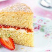 Victoria sandwich cake: Κέικ με βασιλικές... περγαμηνές!