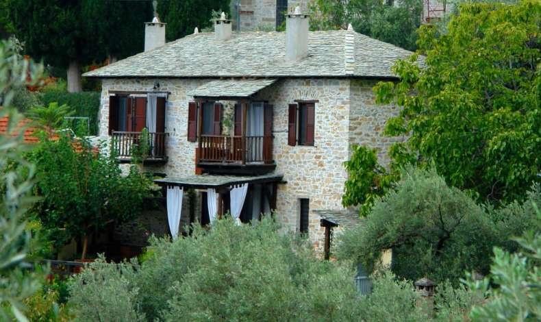 Ο παραμυθένιος παραδοσιακός ξενώνας σμιλεύτηκε με πέτρα, ξύλο και πολλή αγάπη από τις δύο ιδιοκτήτριές του