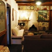Το βράδυ δίπλα στο αναμμένο τζάκι στο ζεστό καθιστικό του αρχοντικού θα χαλαρώσετε και θα παίξετε επιτραπέζια παιχνίδια με την παρέα σας
