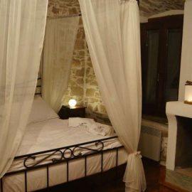 Ένα από τα υπέροχα υπνοδωμάτια του ξενώνα «Villa Amanti»