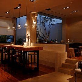 Ακόμη και ο φωτισμός παίζει ρόλο στον όμορφο χώρο του εστιατορίου