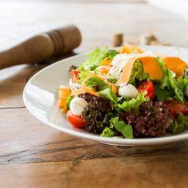 Οι σαλάτες είναι δροσερές, φρεσκοκομμένες και γεμάτες φαντασία