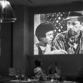 Στον τοίχο «παίζουν» σκηνές από αγαπημένες ασπρόμαυρες ταινίες