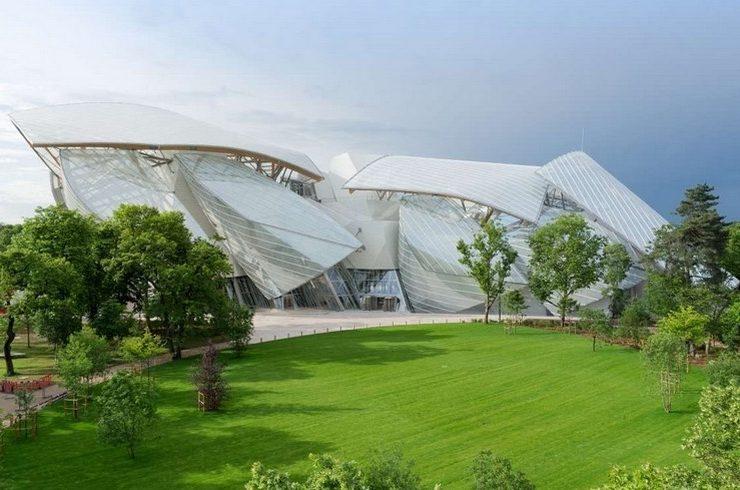 Το άκρως εντυπωσιακό κτίριο του διάσημου αρχιτέκτονα Frank Gherry, για το ίδρυμα Louis Vuitton στο Παρίσι