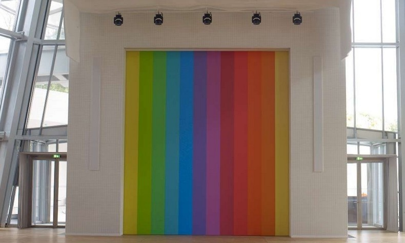 Μία από τις σπουδαιότερες καλλιτέχνιδες σήμερα, η Ellsworth Kelly, δημιούργησε για το Ίδρυμα ένα εντυπωσιακό έργο, καθαρό και ζωηρό