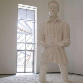 Thomas Sch?tte ?Mann im Matsch 2009?, ένας καλλιτέχνης που πειραματίζεται με την ανθρώπινη παρουσία