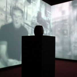 Christian Boltanski με μία τριπλή προβολή βίντεο, με συγκλονιστική μουσική πραγματεύεται πώς ο καθένας μας μπορεί να θυμηθεί μία μοναδική αξέχαστη μέρα στη ζωή του