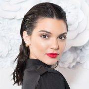 Η Kendall Jenner με wet look που συνδυάζει τους ελαφρούς κυματισμούς, τραβηγμένα προς τα πίσω και δεμένα με χαλαρό τρόπο