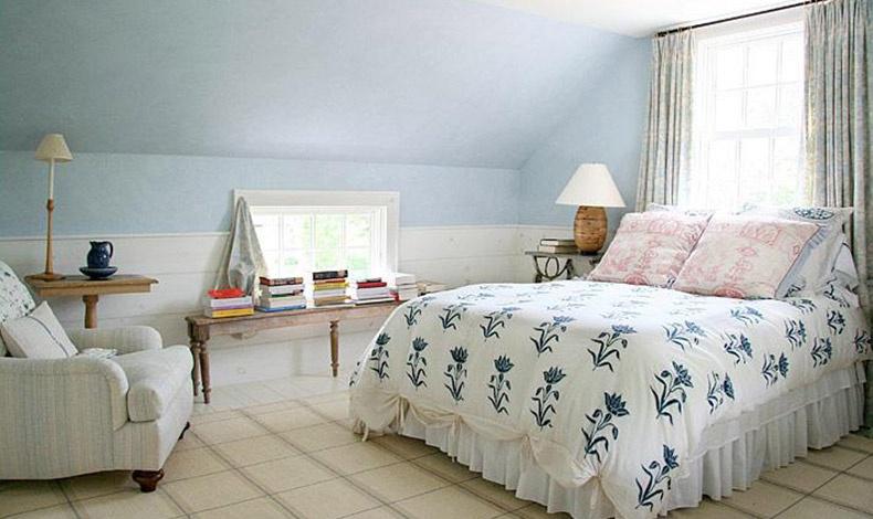 Απέριττη και δροσερή η καλοκαιρινή κρεβατοκάμαρα της Anna Wintour χαρακτηρίζεται από τα χρώματα του λευκού, του μπλε, του ροζ και του θαλασσί που τονίζουν οι φυσικές αποχρώσεις του ξύλου