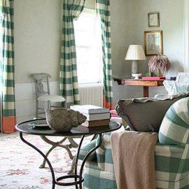 Διακριτικά καρό υφάσματα αναδεικνύουν άλλον έναν καθιστικό χώρο, στον οποίο κυριαρχεί το χρώμα της μέντας στους τοίχους, το εμπριμέ χαλί αλλά και οι λευκές λεπτομέρειες στα διακοσμητικά της απλής επίπλωσης