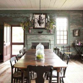 Μια εντυπωσιακή και ταυτόχρονα απλή τραπεζαρία σε σκούρο ξύλο, στην οποία δεσπόζει το μακρόστενο τραπέζι και οι καρέκλες είναι κατάλληλη για να υποδεχτεί η Anna Wintour τους πολύτιμους καλεσμένους της καρδιάς της