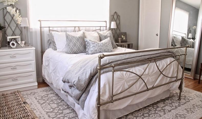 Στην κρεβατοκάμαρα, ανάλογα με τη θέση του κρεβατιού, δεν είναι απαραίτητο να κρύβετε το χαλί κάτω από το κρεβάτι, διαλέξτε δύο μικρά για τα πλαϊνά του κρεβατιού