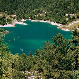 Η παραμυθένια ορεινή λίμνη Τσιβλού είναι πόλος έλξης