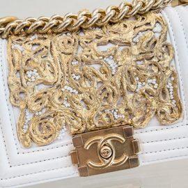 Αν θέλετε να έχετε τη στήριξη ισχυρών ατόμων, μία λευκή τσάντα είναι το απαραίτητο αξεσουάρ για να το πετύχετε, ειδικά, αν διαθέτει χρυσές λεπτομέρειες