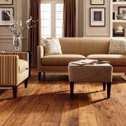 Για να διατηρηθούν τα πολύτιμα ξύλινα δάπεδά σας όμορφα και λεία αποφύγετε να περπατάτε με τακούνια και μην χρησιμοποιείτε ακατάλληλα απορρυπαντικά