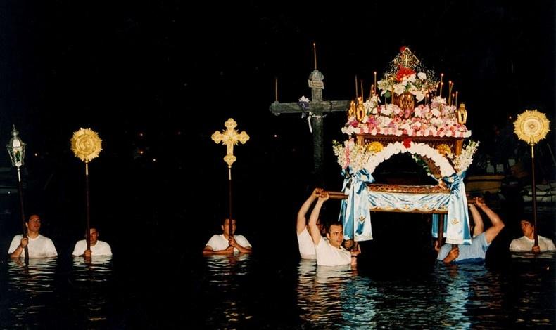 Το Πάσχα στην Ύδρα αναβιώνουν ήθη και έθιμα που είναι στενά δεμένα με τη θάλασσα
