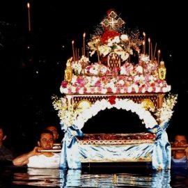Αυτό που εντυπωσιάζει περισσότερο είναι ο θαλασσινός Επιτάφιος, της ενορίας του Αγίου Ιωάννη, που καταλήγει μέσα στο νερό στο γραφικό λιμανάκι