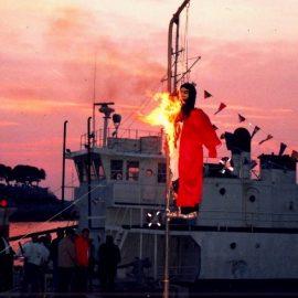 Το απόγευμα της Κυριακής του Πάσχα, στην προκυμαία του λιμανιού έχουμε το κάψιμο του Ιούδα, ένα ομοίωμα με εύφλεκτες ύλες που πυροδοτείται με φαντασμαγορικό τρόπο στο λιμάνι της Ύδρας