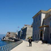 Εκεί που δένουν τα πλοία υψώνεται το επιβλητικό κτίριο που στεγάζει το Ιστορικό Μουσείο - Αρχείο της Ύδρας