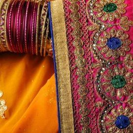 Ζωηρά χρώματα για τα πολύχρωμα σάρι από την Ινδία