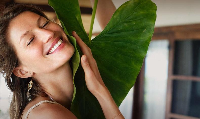 Η Ζιζέλ υιοθετεί την ηρεμία και αγκαλιάζει με όλες τις δυνάμεις της την ομορφιά της φύσης εκπέμποντας την ισορροπία και τη λάμψη της