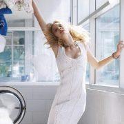 Πόσο διάστημα επιβιώνει ο κορωναϊός στα ρούχα και πώς να τα πλένουμε;