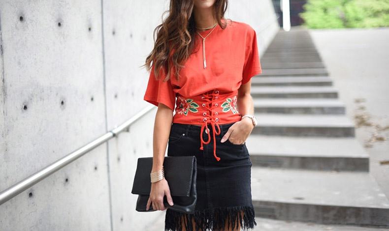 Ζώνη - κορσές κεντημένη στο ίδιο χρώμα με τη μπλούζα και με κοντή φούστα με κρόσσια