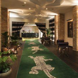 Το εντυπωσιακό καταπράσινο χαλί που οδηγεί στo lobby και φέρει την υπογραφή της Diane von Furstenberg