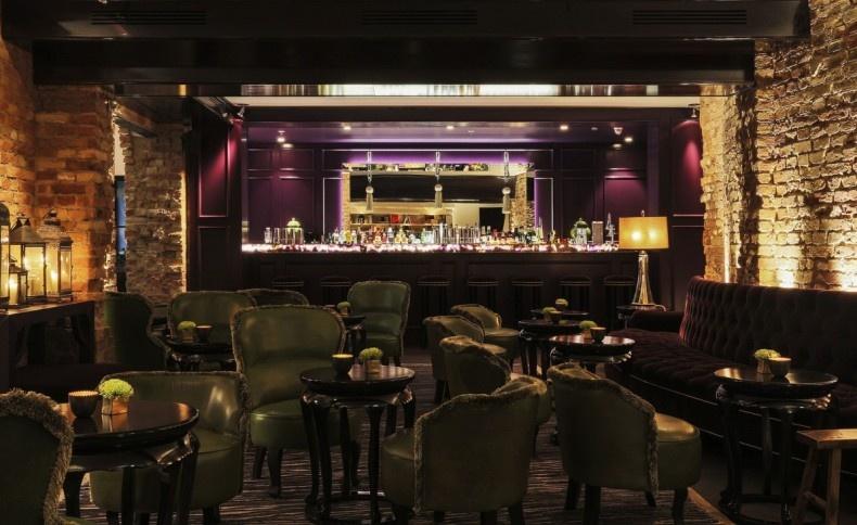 Το Grace Bar θυμίζει κομψό βερολινέζικο καμπαρέ