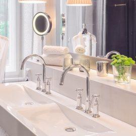 Στα μπάνια οι ρόμπες και οι πετσέτες με την υπογραφή του αφαιρετικού avant garde οίκου Maison Martin Margiela και τα εξαιρετικά είδη περιποίησης δίνουν τον τόνο