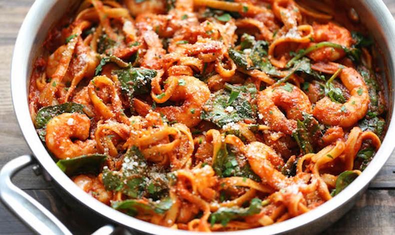 Ζυμαρικά με κόκκινη σάλτσα και γαριδούλες